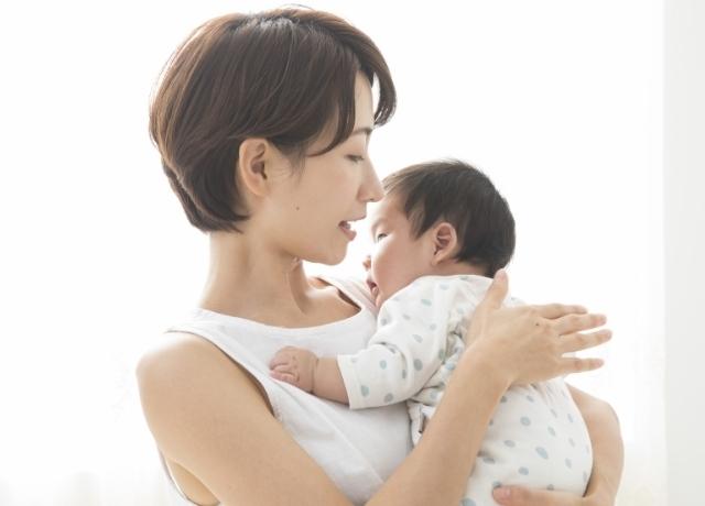 赤ちゃんをあやすママ,