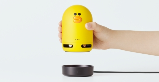 『Clova Friends mini』と『Clova Friends Dock(赤外線リモコン)』,