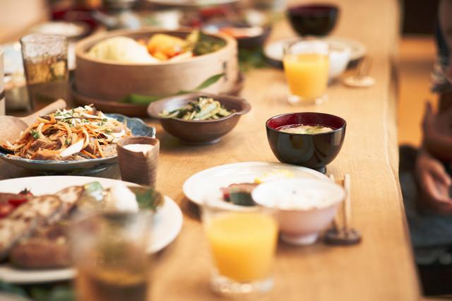 テーブルに並んだ夕食,