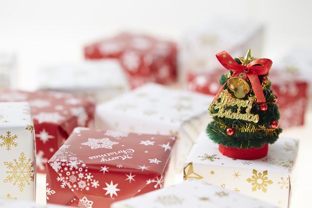 クリスマスプレゼントとツリー,