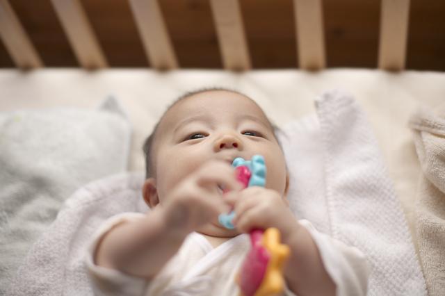 おしゃぶりをつける赤ちゃん,おしゃぶりホルダー,