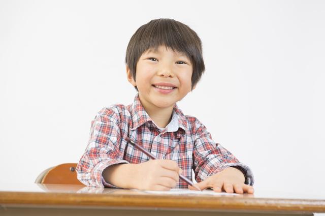 机に向かって勉強する男の子,小学2年生,ドリル,