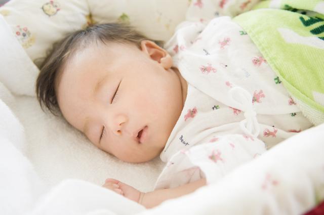 ベビーベッドで寝る赤ちゃん,ベビーベッド,おすすめ,