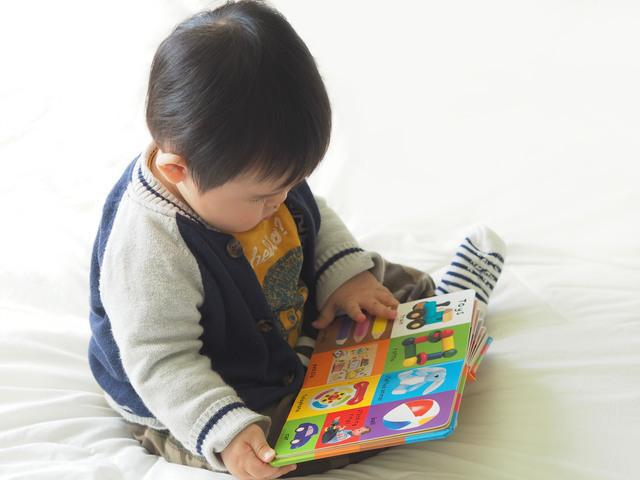 絵本で遊ぶ赤ちゃん,1歳,絵本,