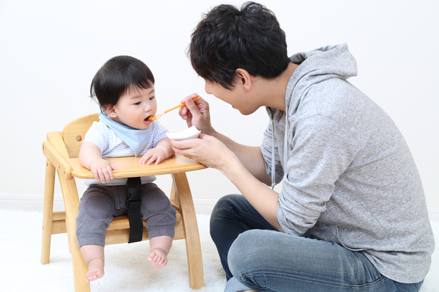 赤ちゃんに離乳食をあげるパパ,離乳食中期,食材,