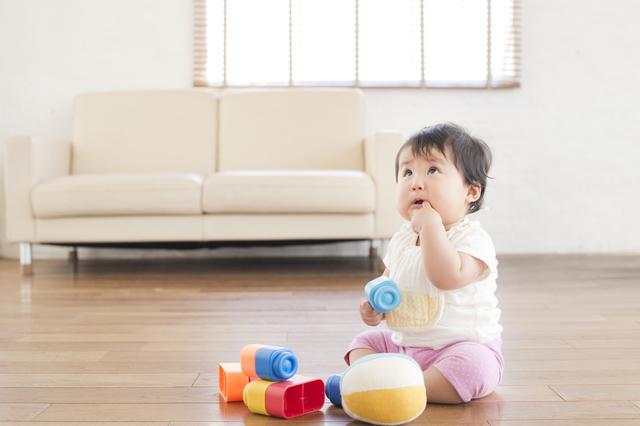 おすわりして遊ぶ赤ちゃん,ローチェア,ベビー,