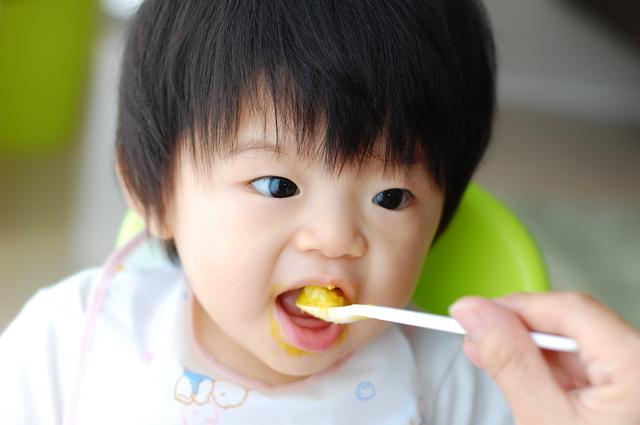 離乳食を食べる子ども,離乳食,えのき,