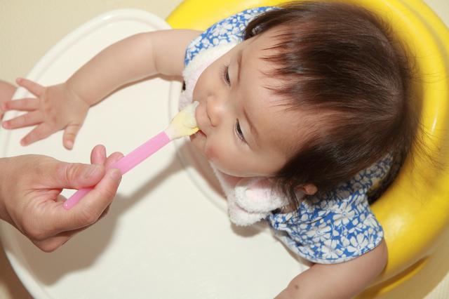 離乳食を食べる赤ちゃん,離乳食,梨,