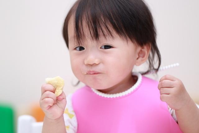 つかみ食べする赤ちゃん,ベビーフード,9ヶ月,