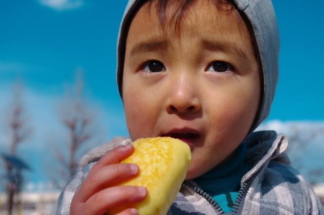 蒸しパンを食べる子ども,離乳食,蒸しパン,