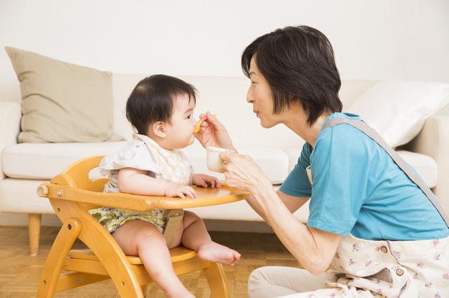 枝豆を食べさせている母親,離乳食,初期,枝豆