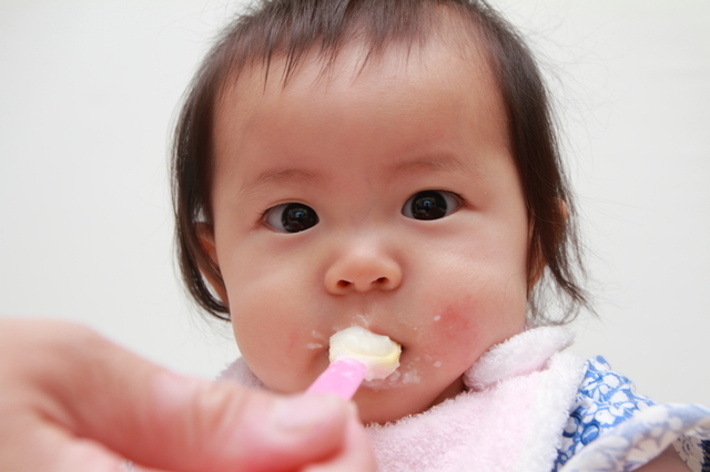 離乳食を食べる赤ちゃん,離乳食,小松菜,