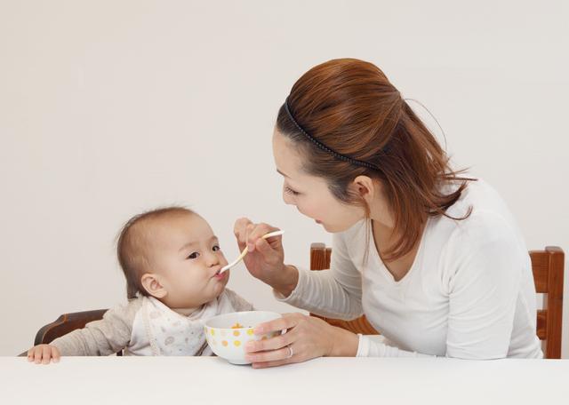 離乳食を食べる赤ちゃん。,離乳食,中期,しらす