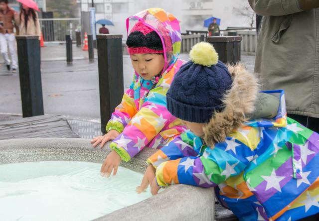 レインコートを着て遊ぶ子ども,幼児,レインコート,