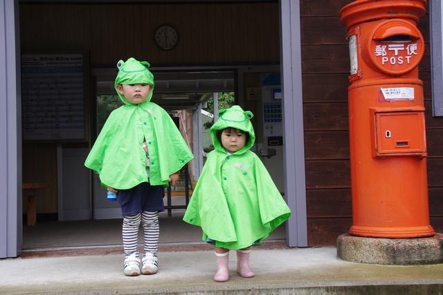 レインポンチョを着用している子ども,幼児,レインコート,
