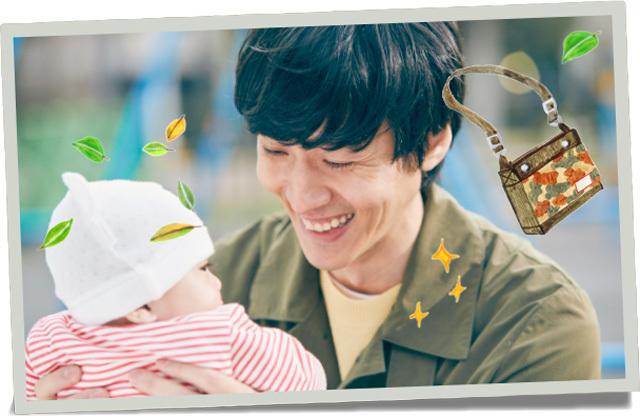 赤ちゃんに笑いかけるパパ,