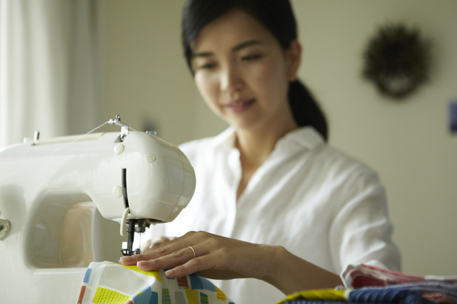 ミシンを縫う女性,上履き袋,