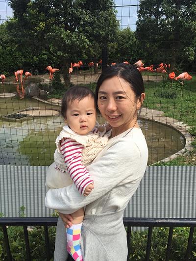 フラミンゴと記念撮影するママと赤ちゃん,上野動物園,