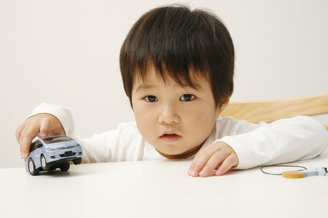 ミニカーで遊ぶ子ども,ミニカー,おもちゃ,