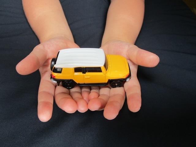 ミニカーを持つ子ども,ミニカー,おもちゃ,
