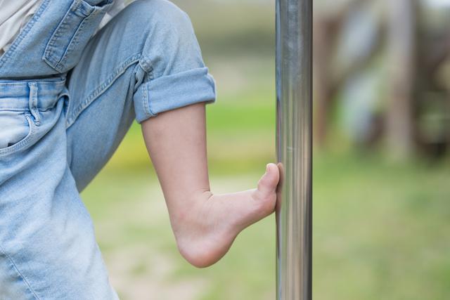 登り棒で遊ぶ子どもの足,子ども,草履,