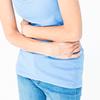 お腹を手で押さえる女性,生理痛をやわらげる,生理痛,方法