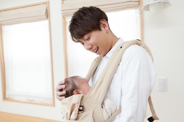 抱っこひもで赤ちゃんを抱っこするパパ,抱っこひも,おすすめ,選び方