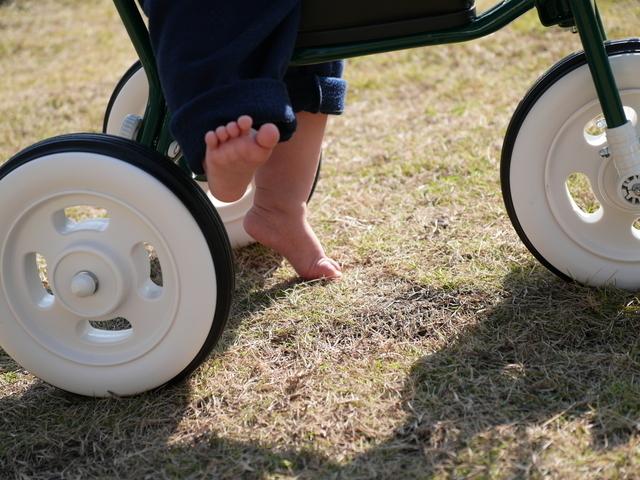 赤ちゃんの三輪車のタイヤ,赤ちゃん,三輪車,