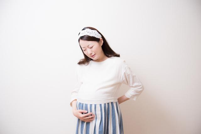 腰痛で苦しむ妊婦さん,妊娠後期,