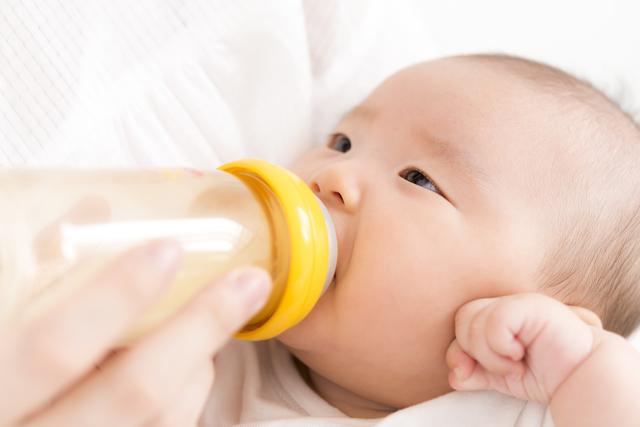 哺乳瓶でミルクを飲む赤ちゃん,哺乳瓶,乳首,