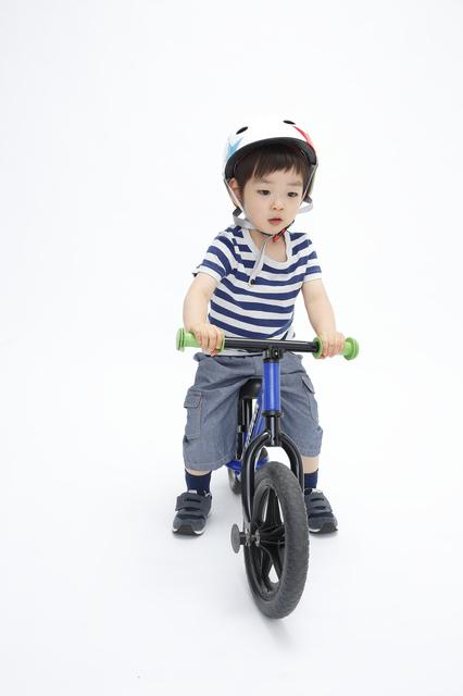 ストライダーに乗る子ども,ペダルなし,自転車,