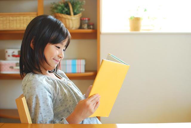 自宅で読書する女児,小学生,児童書,人気