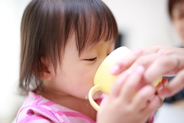コップで飲む赤ちゃん,赤ちゃん,飲み物,