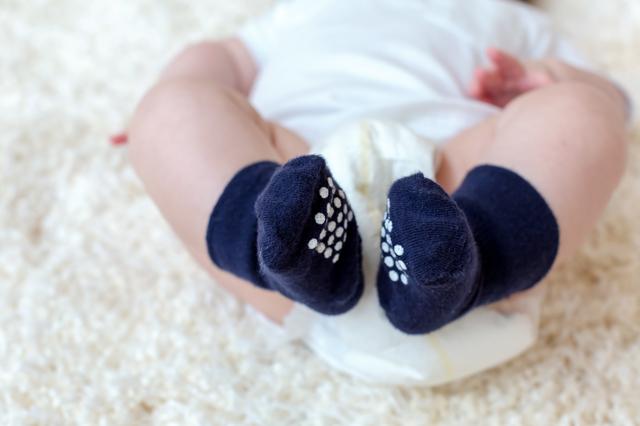 ソックスを履いた赤ちゃん,出産,入院,持ち物