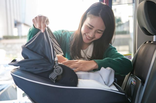 赤ちゃんをチャイルドシートに乗せるママ,出産,入院,持ち物