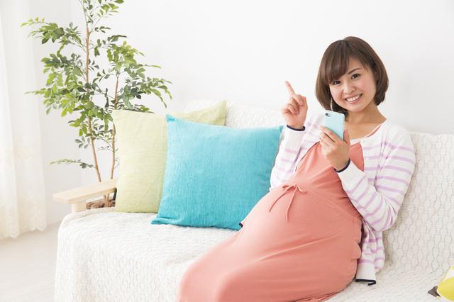 妊婦女性スマホ,里帰り出産,準備,スケジュール