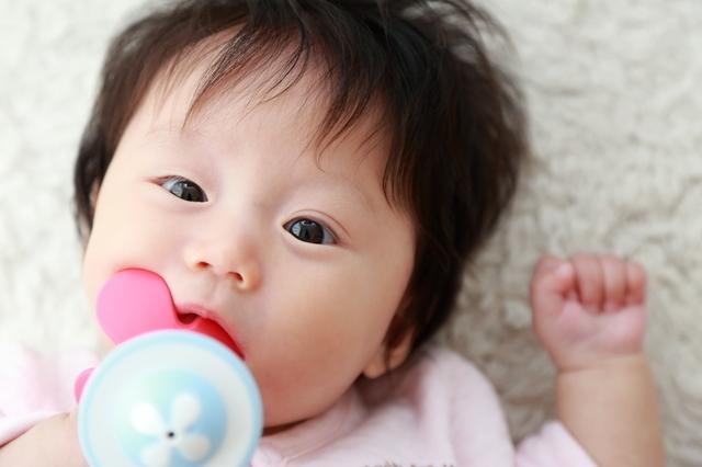歯がためを持つ女の子,赤ちゃん,歯ブラシ,
