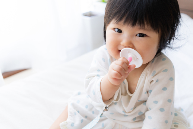 歯ブラシを持つ赤ちゃん,赤ちゃん,歯ブラシ,