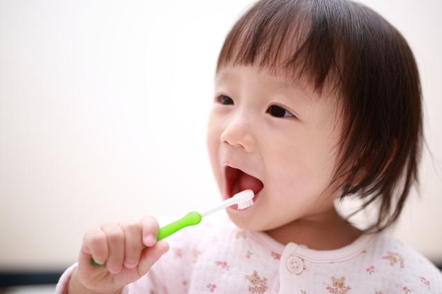 自分で歯磨きをする女の子,赤ちゃん,歯ブラシ,