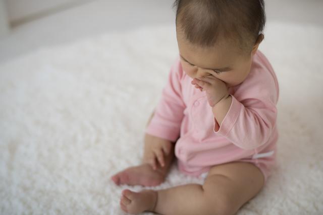 顔を触る赤ちゃん,赤ちゃん,ミトン,