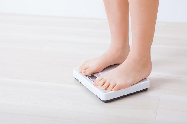 体重計に乗る女性,妊娠高血圧症候群,