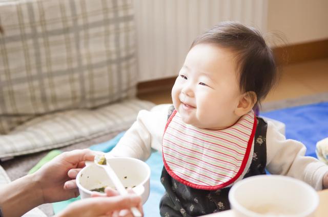 食事中に笑顔の赤ちゃん,量,簡単,離乳食