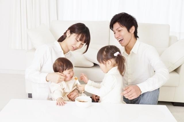 赤ちゃんに離乳食を与える子,量,簡単,離乳食
