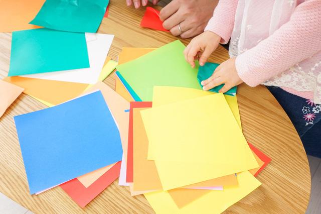 折り紙を折る親子,折り紙,リボン,