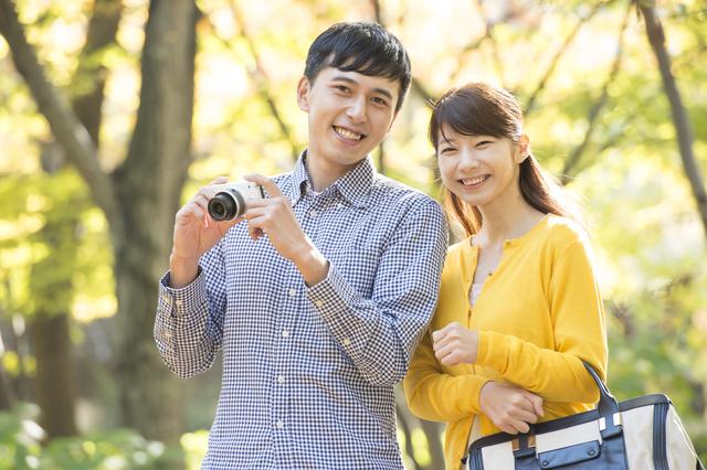 ミラーレスカメラを持つカップル,出産入院準備,リスト,必要