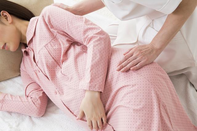 パジャマの妊婦と助産師,前開きパジャマ,マタニティ,