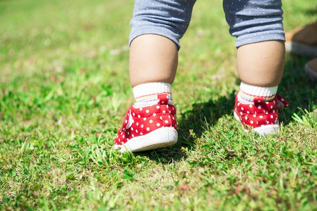 靴を履いてあんよする赤ちゃん,ベビーシューズ,人気,