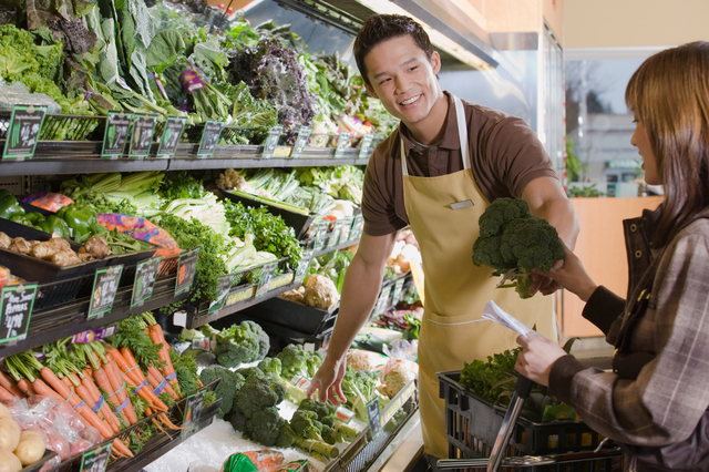 店頭に並んでいる白菜と店員さん,白菜,離乳食,