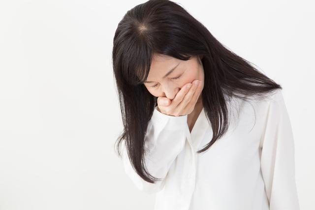 つわりによる吐き気を感じる妊婦,妊娠8週,お腹,
