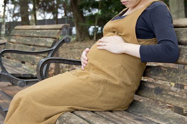 公園で休憩する妊婦,妊娠,お腹の張り,